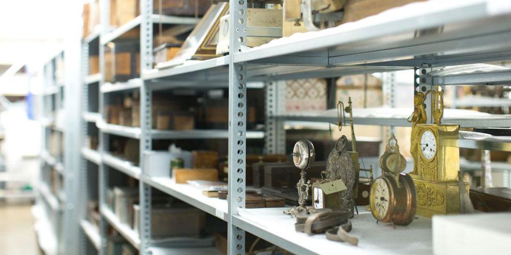 Blick hinter die Kulissen: Im Depot stehen die Museums-Objekte dicht an dicht und feinsäuberlich geordnet im Regal.